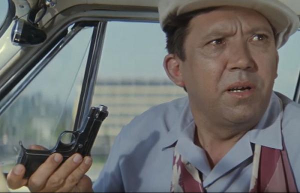 Что за пистолет выдала милиция Семёну Семёнычу в «Бриллиантовой Руке» (он даже не советский