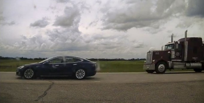 Tesla Model S на автопилоте попыталась уйти от полицейской погони