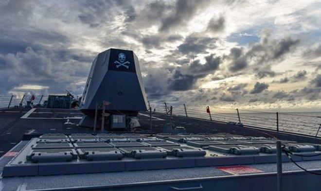 Почему боевой эсминец ВМС США время от времени плавает под пиратским флагом