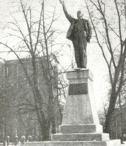 250px-Памятник_Ленину_во_дворе_Пролетарки