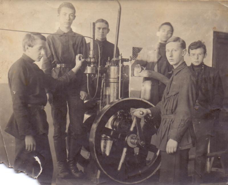 Ученики у агрегата 1929г. предполож. Змеиногорск