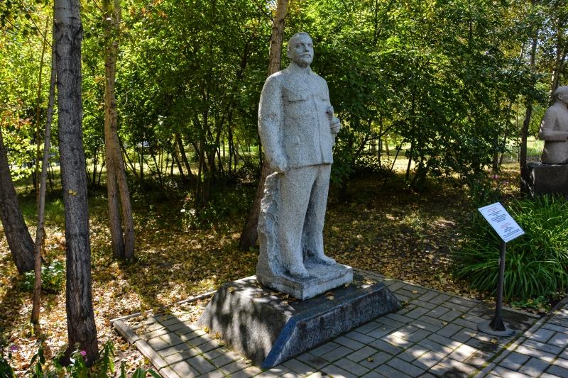 памятник Жданову