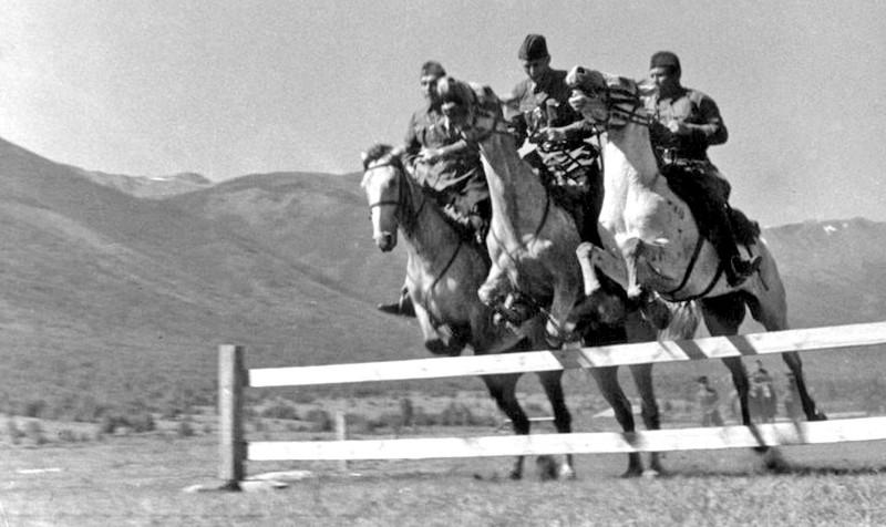 Август 1940. Катон-Карагайский район Восточный Казахстан. Личный состав погранзаставы на занятиях по конной подготовке