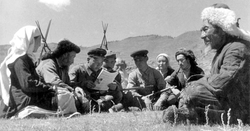 Август 1940. Катон-Карагайский район Восточный Казахстан. Пограничники в гостях у тружеников колхоза «Джамбул»
