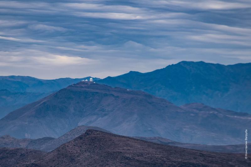 Вид на обсерваторию Серро-Тололо с холма обсерватории Кольявара в Андакольо, IV регион.