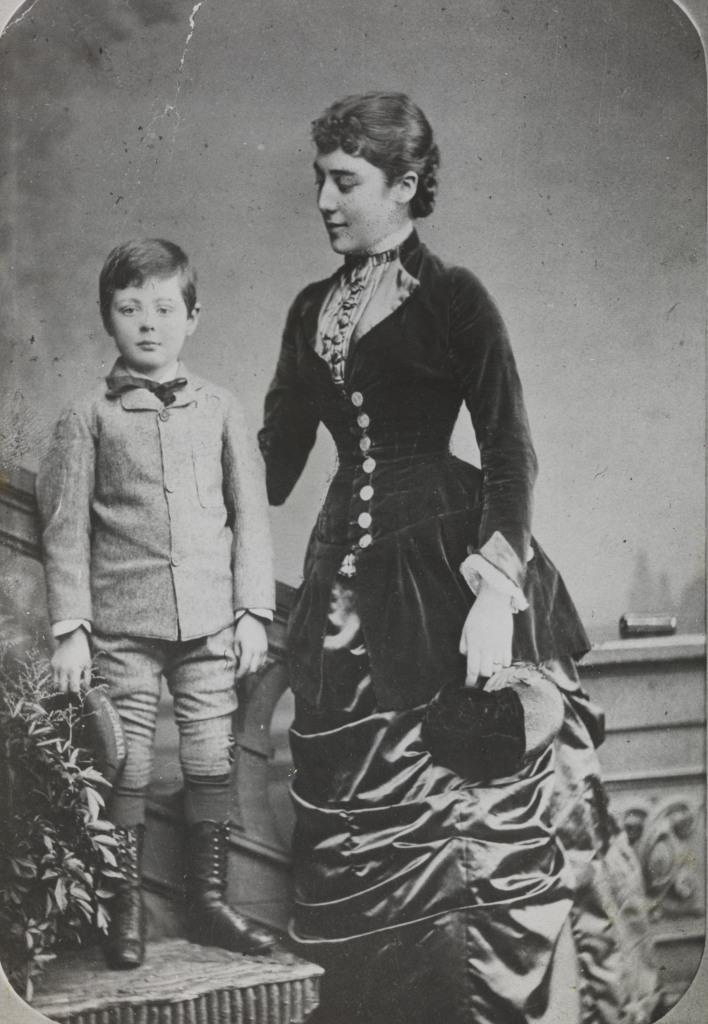 1880. Уинстон Черчилль позирует вместе со своей тетей Лесли в шестилетнем возрасте