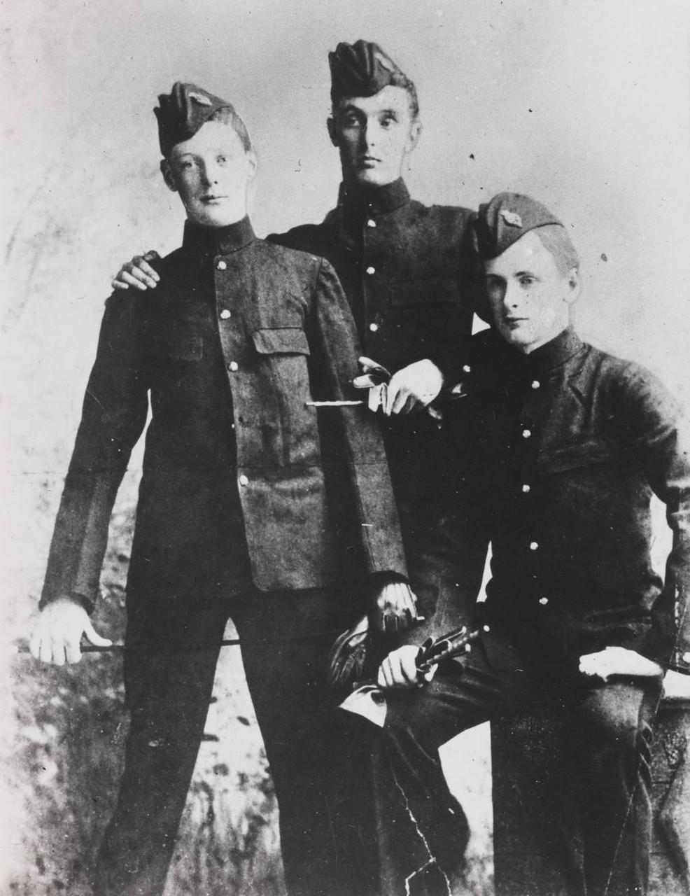 1894. Черчилль (справа) со своими друзьями в Королевской военной академии в Сандхерсте незадолго до отбытия в 4-й её королевского величества гусарский полк