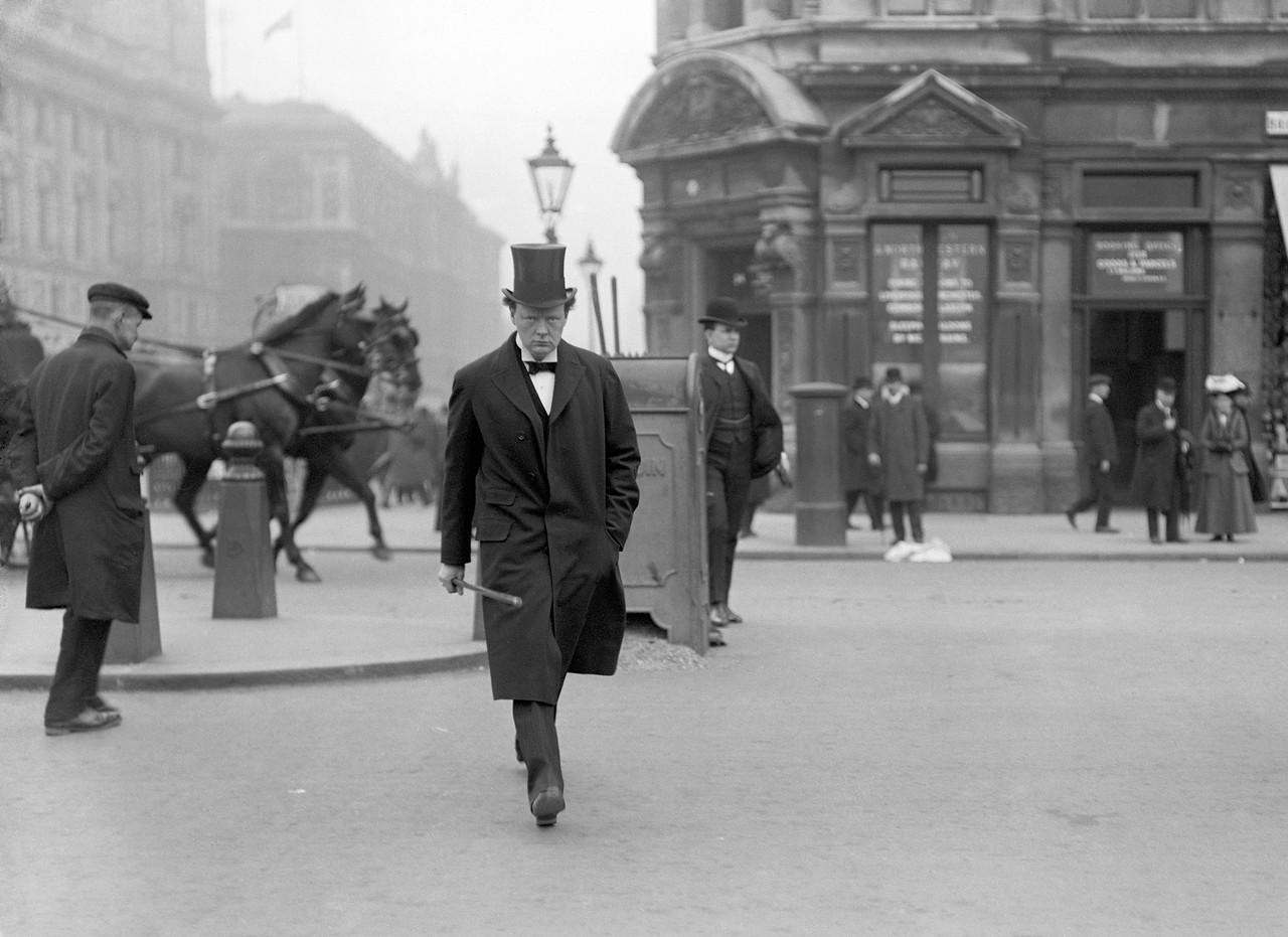1905.Заместитель министра по делам колоний Уинстон Черчилль на своем пути к зданию Парламента