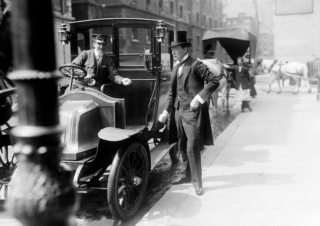 1908. Председатель Совета торговли Уинстон Черчилль расплачивается с таксистом