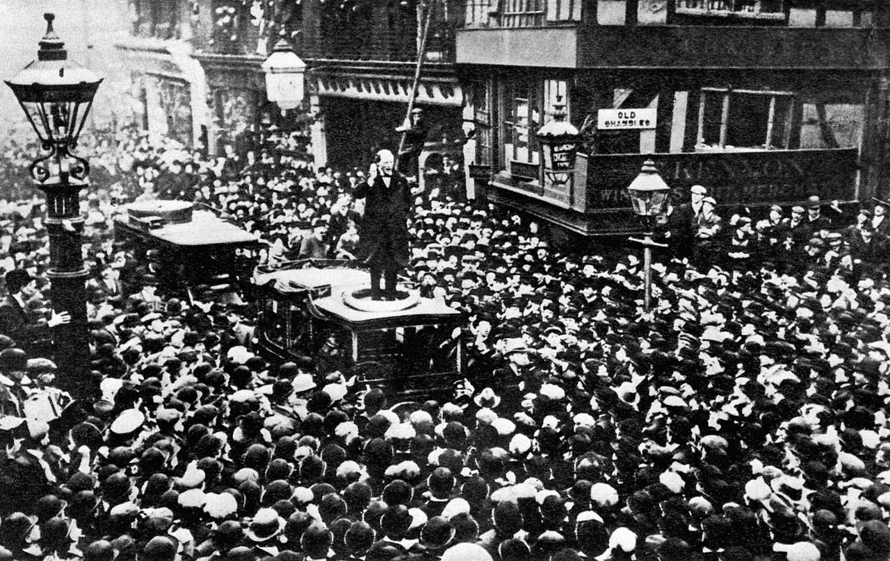 1908. Черчилль произносит речь во время его избирательной кампании на северо-западе Манчестера