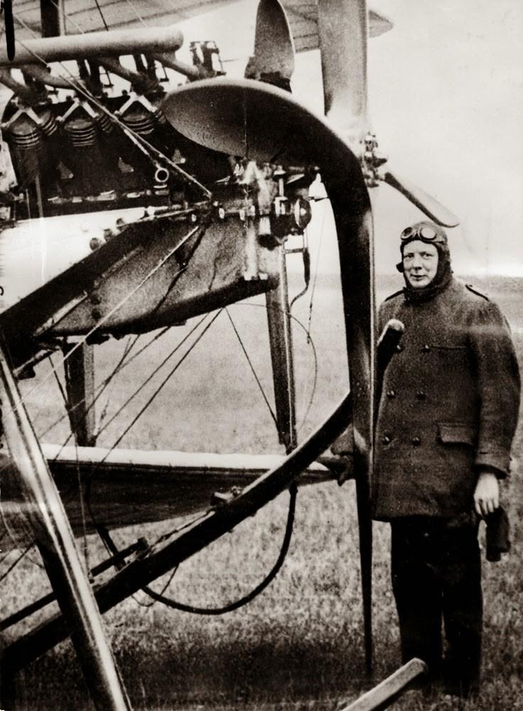 1914. Уинстон Черчилль, первый лорд адмиралтейства прибыл в Портсмут, совершив двадцатиминутный полет на самолете, пилотируемом майором Джеррардом. Апрель.