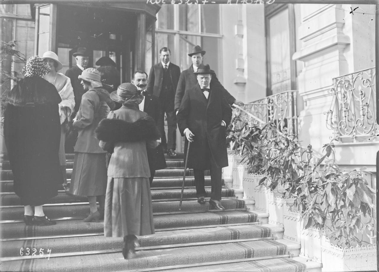 1921. Уинстон Черчилль возле отеля «Регина» в Ницце