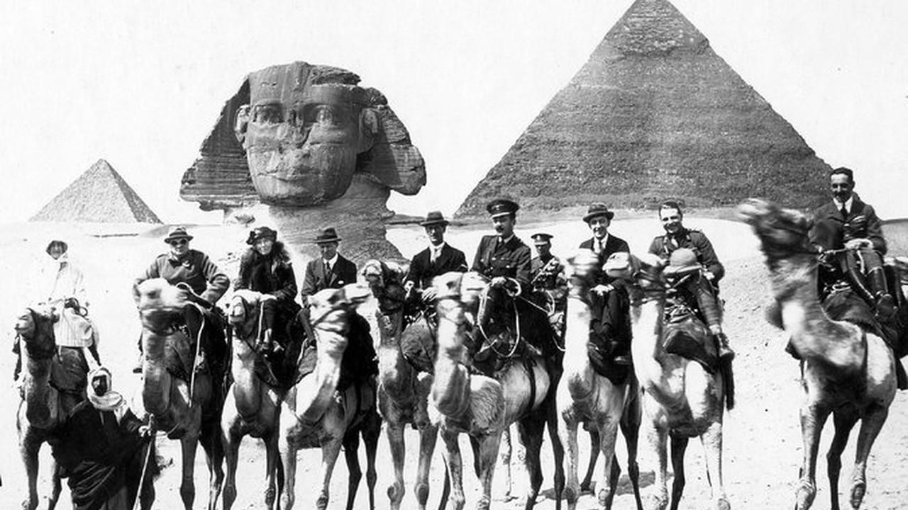 1921. Уинстон Черчилль и писательница Гертруда Белл в Египте