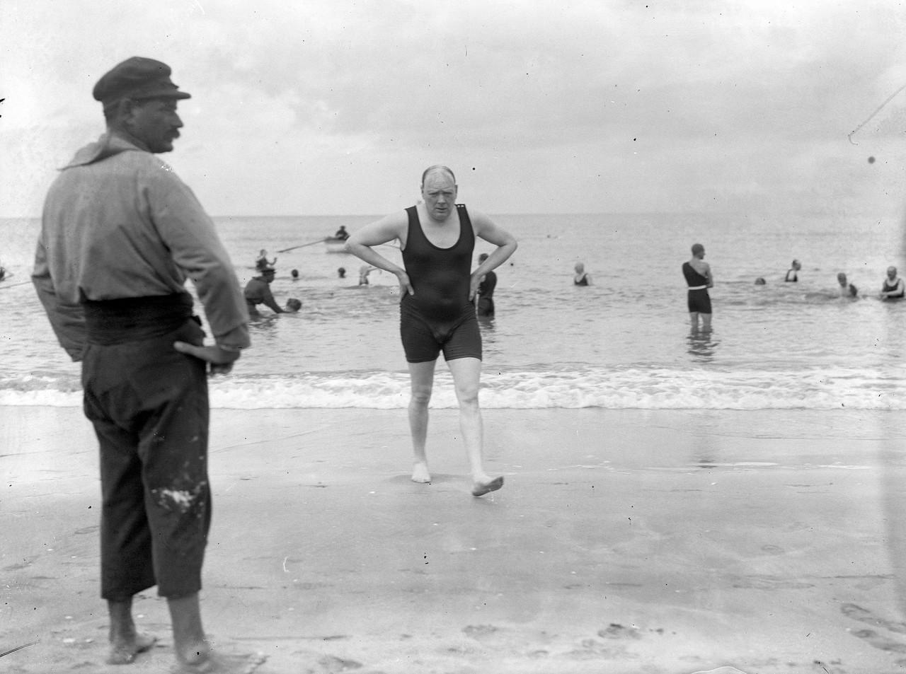 1922. Уинстон Черчилль после купания в море в Довиле, Франция