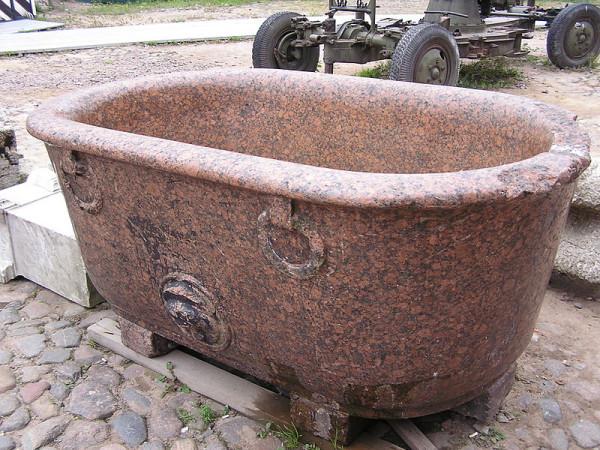 800px-Гранитная_ванна