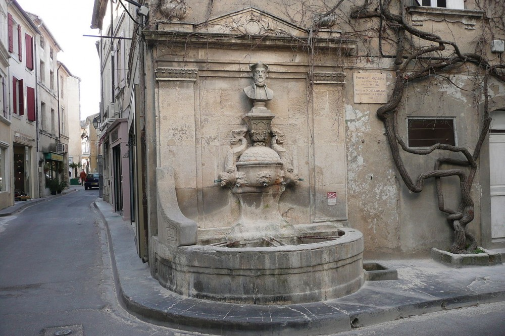 1280px-Fontaine_à_Saint_Rémy_de_Provence