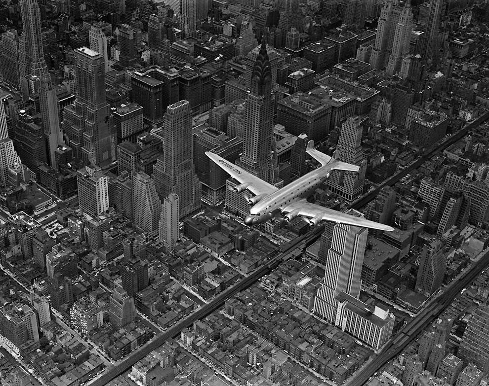 Пролітаючий  над Манхеттеном пасажирський літак DC-4, 1939 рік.
