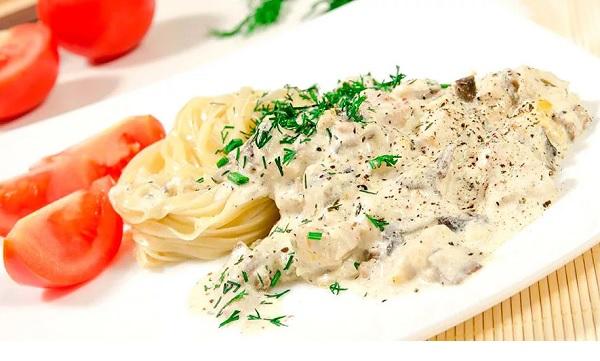 Куриное филе с грибами в сливочно-сырном соусе