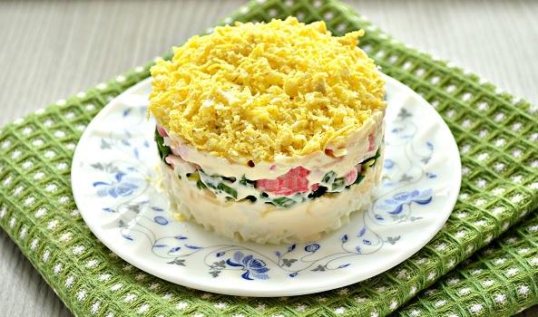 Салат с крабовыми палочками и сливочным сыром