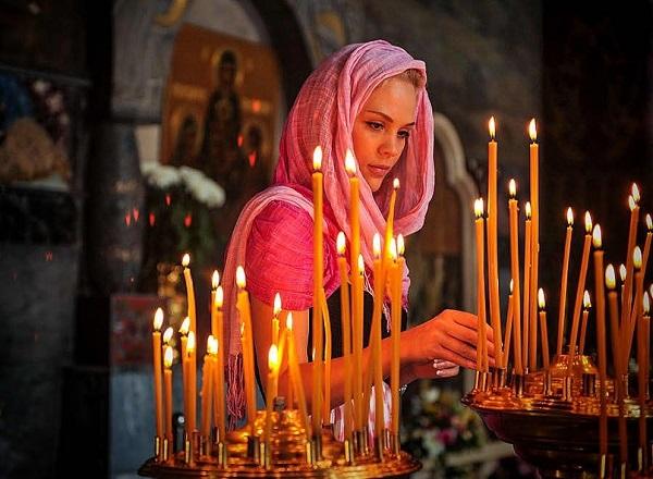 Кому ставить свечи в церкви