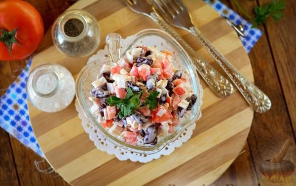 Салат из фасоли с крабовыми палочками и помидорами