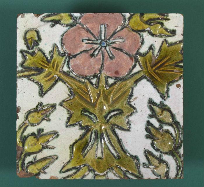 10-Врубель - Печной изразец с рельефным изображением розового цветка на светлом фоне - Около 1900.jpg