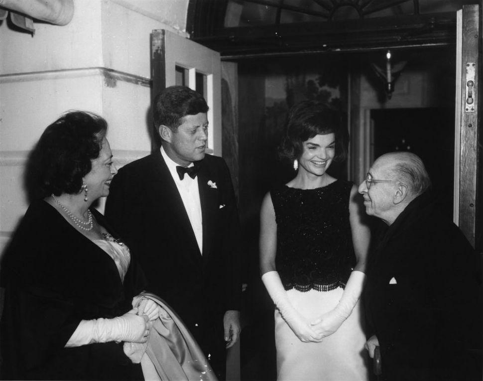 10-Вера Стравинская президент США Джон Кеннеди с супругой Джеки и Игорь Стравинский у входа в Белый Дом - 1962.jpg