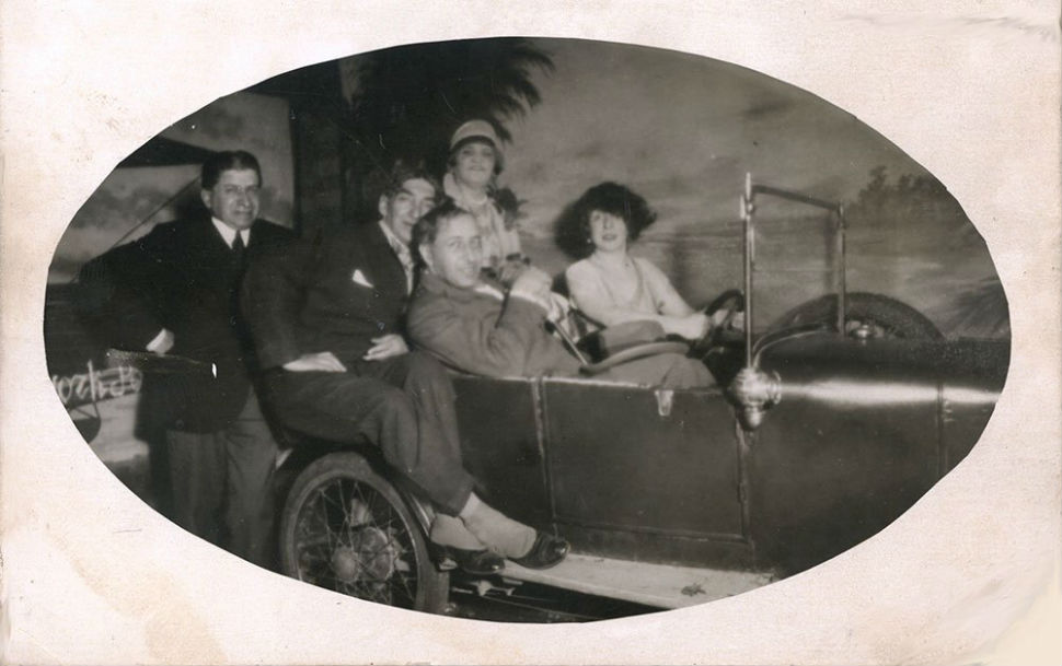 2-Слева направо неустановленное лицо Георгий Якулов Александр Таиров неустановленное лицо Наталья Шиф (за рулем) - 1925 - Париж.jpg