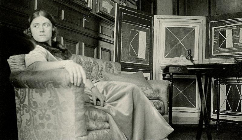 5-Ольга Пикассо в салоне квартиры на улице Ла Боэси 23 в Париже - Около 1922.jpg