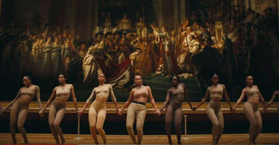 6-Кадр из клипа - танец на фоне картины Давида.jpg