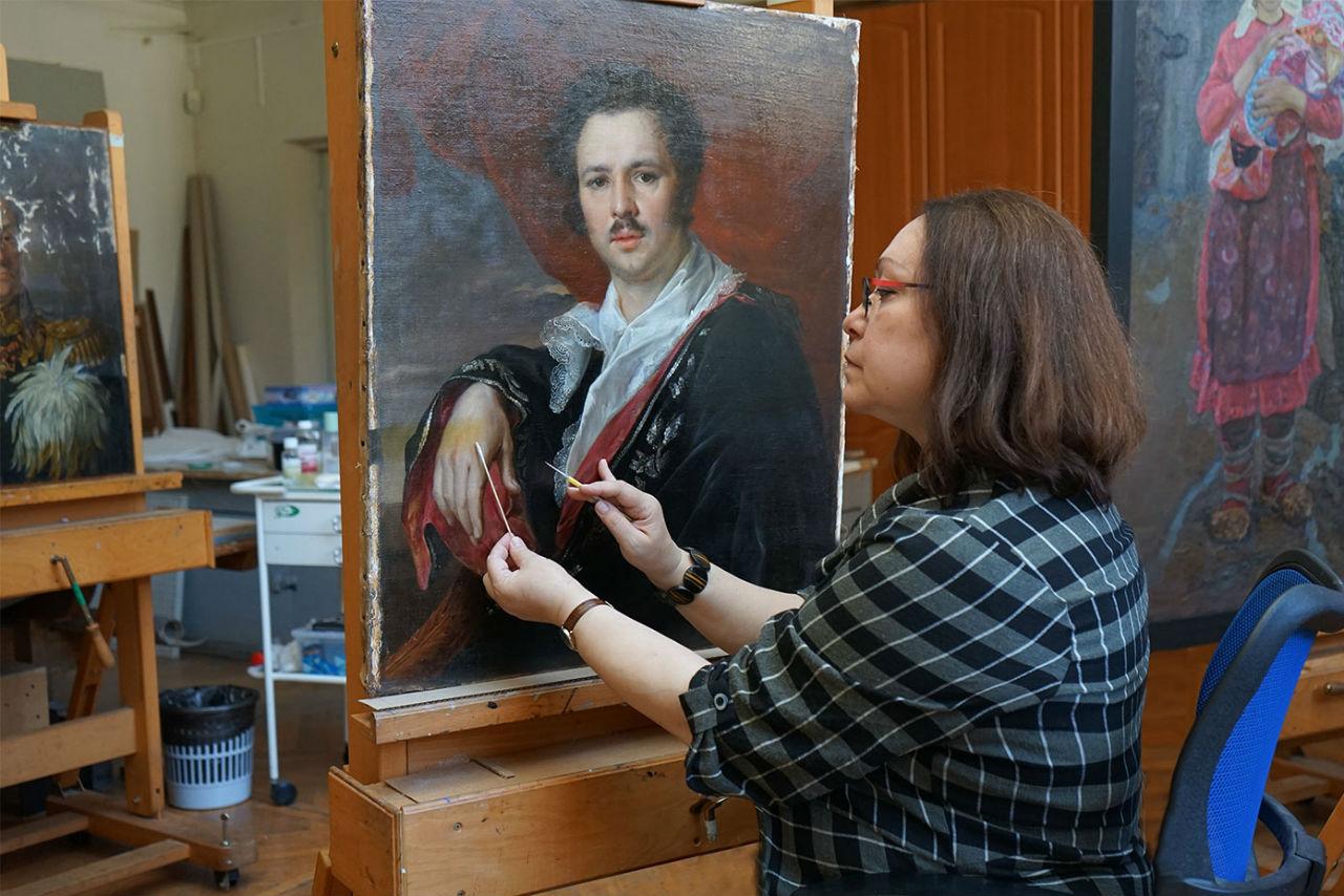 Ведущий художник-реставратор Мария Третьякова за работой по раскрытию авторской живописи от слоёв пожелтевшего лака и записей.jpg