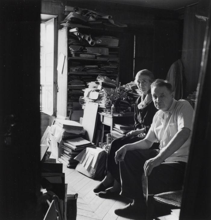 48-Наталья Гончарова и Михаил Ларионов у себя дома - Париж - 1950-52.jpg