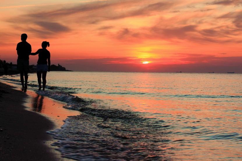 Гифы прогулка с любимой по вечернему берегу моря, днем