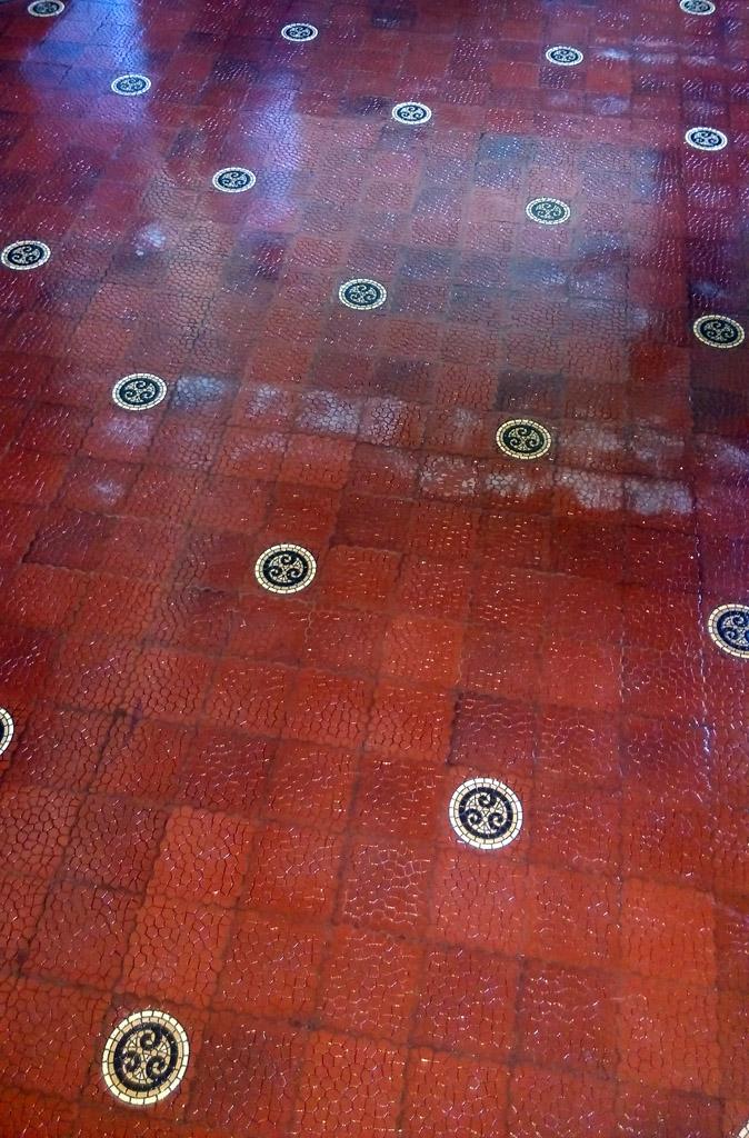 Мозаичная плитка пола в холле.