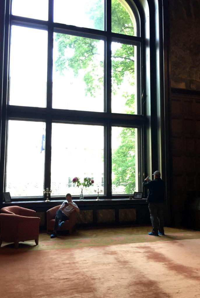 Первое, что бросается в глаза это огромное 13 метровое окно.