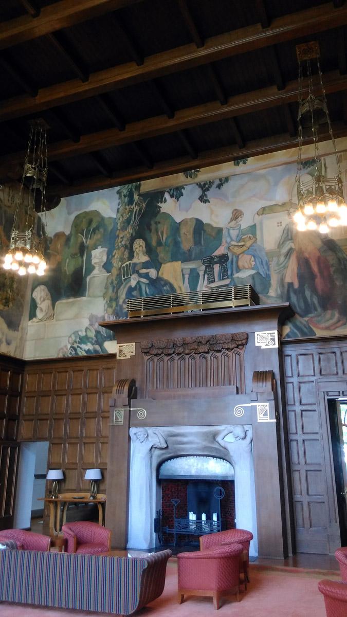 Знаменитый камин.... Над каминами фреска. На самом деле, фреска новодел, да и собственно это не фреска, а современный материал с фактурой штукатурки, на который с помощью цифровых технологий были переведены картины Борисова-Мусатова. Оригиналы эскизов обнаружились в Третьяковской галерее. И одно время они даже экспонировались в этом зале. До этого стены были белые. Дерожинская и художник не сошлись в цене... Обидеть художника может каждый... (с)