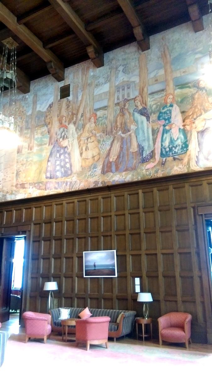 Картины наклеены на все четыре стены, в том числе и на стену с окном.