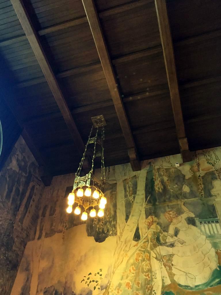 Люстры и дубовые балки потолка