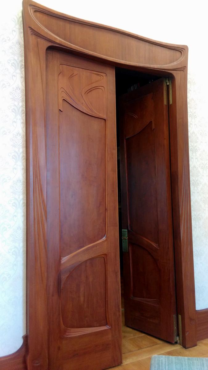 Дверь между залом и гостиной.