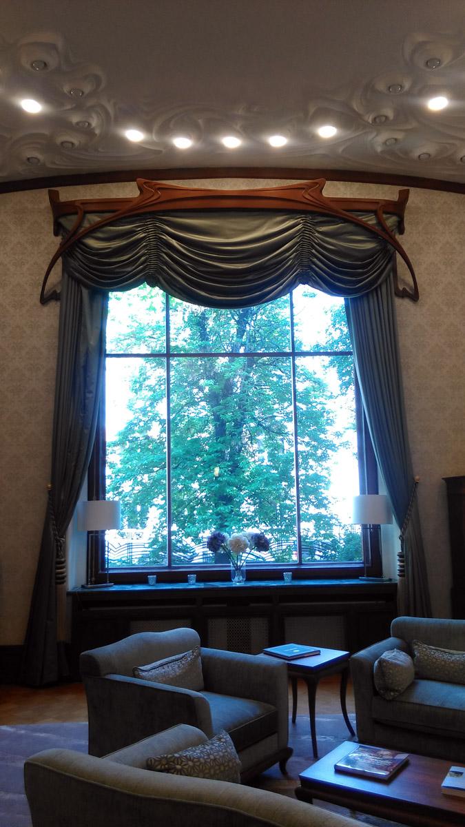 Сложной формы деревянный карниз штор...