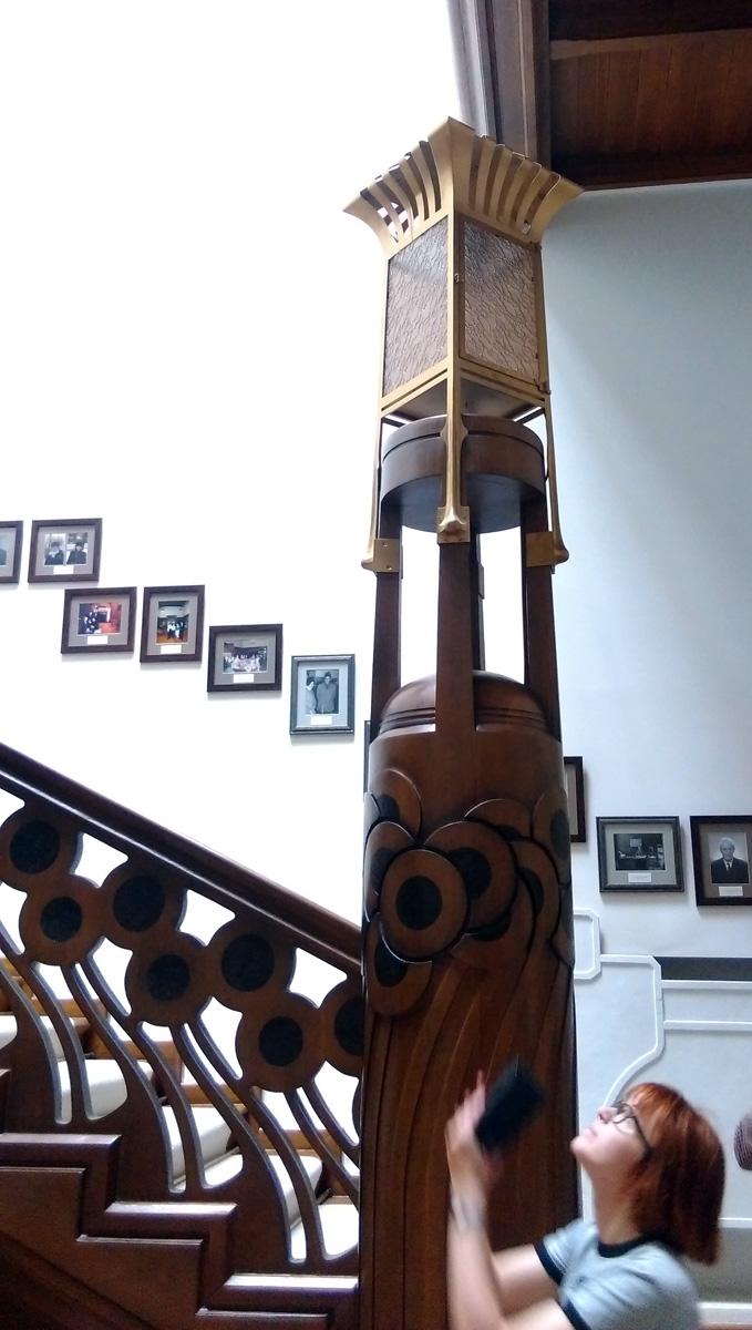 Необычного дизайна фонарь на деревянном постаменте и девочка, которая всю экскурсию пыталась влезть в кадр )))