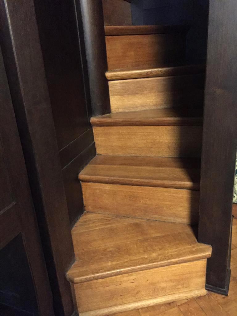А это уже ступени лестницы в библиотеке.