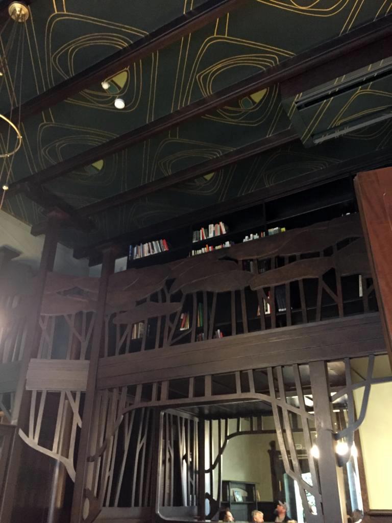 Темная мебель и темный потолок библиотеки делают ее самой темной комнатой в особняке...