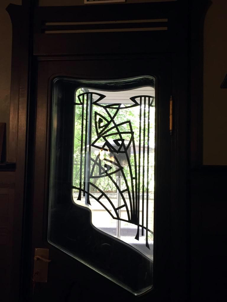 Или выйти с книгой на балкон через украшенную кованной решеткой дверь...