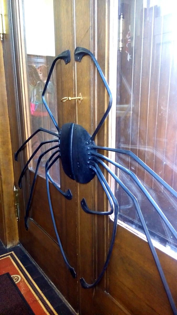 Черный паук... Согласно городской легенде, эта деталь делалась одной из заключительных при строительстве и в ней Шехтель отразил свое восприятие хозяйки дома. Вот, этим красивым пауком и я завершаю фотоотчет о внутреннем убранстве Особняка Дерожинской.