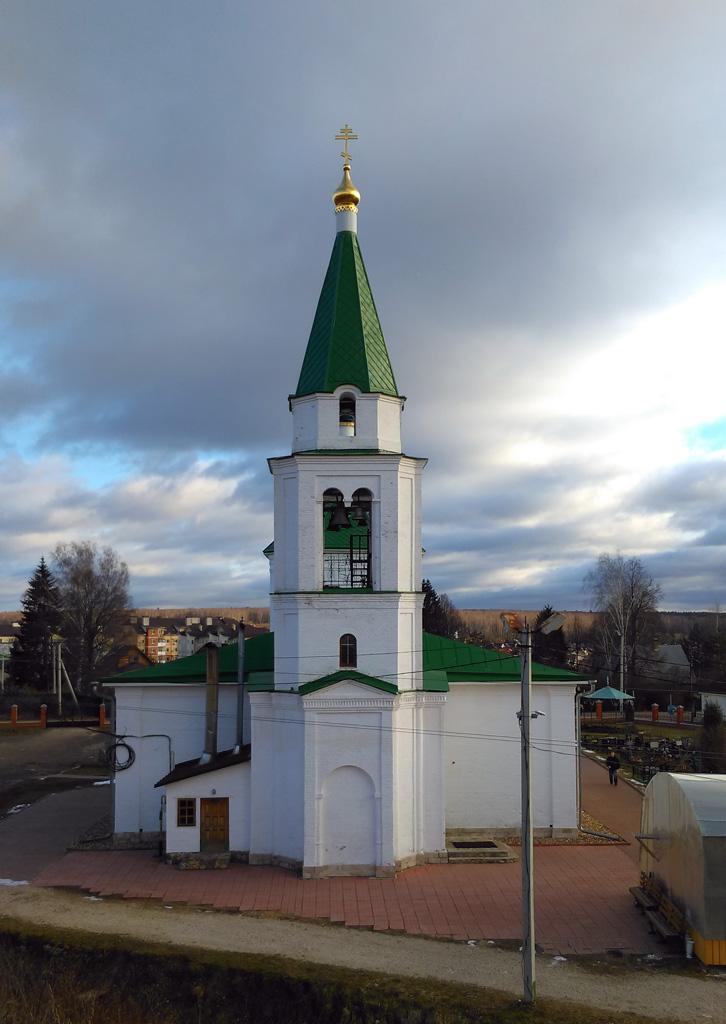 Церковь впечатлила контрастом между белоснежными на солнце стенами снаружи и внутренним убранством выдержанным в черно-золотой гамме.