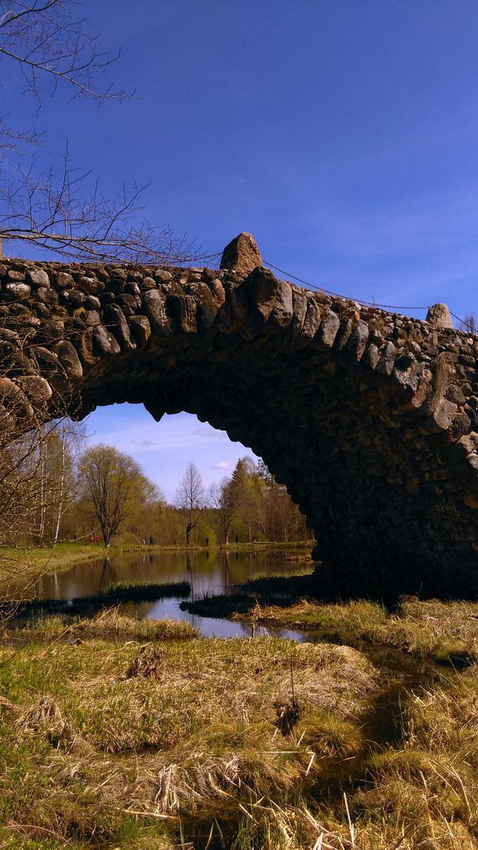 Мост располагается на ручье, который впадает в реку Тверцу. Исследователи архитектуры называют его «великолепная каменная симфония». Название «чертов мост» появилось в ХХ веке, когда турист-краевед назвал так его в своих записях. С тех пор оно отлично прижилось, творение приобрело известно именно под этим названием.