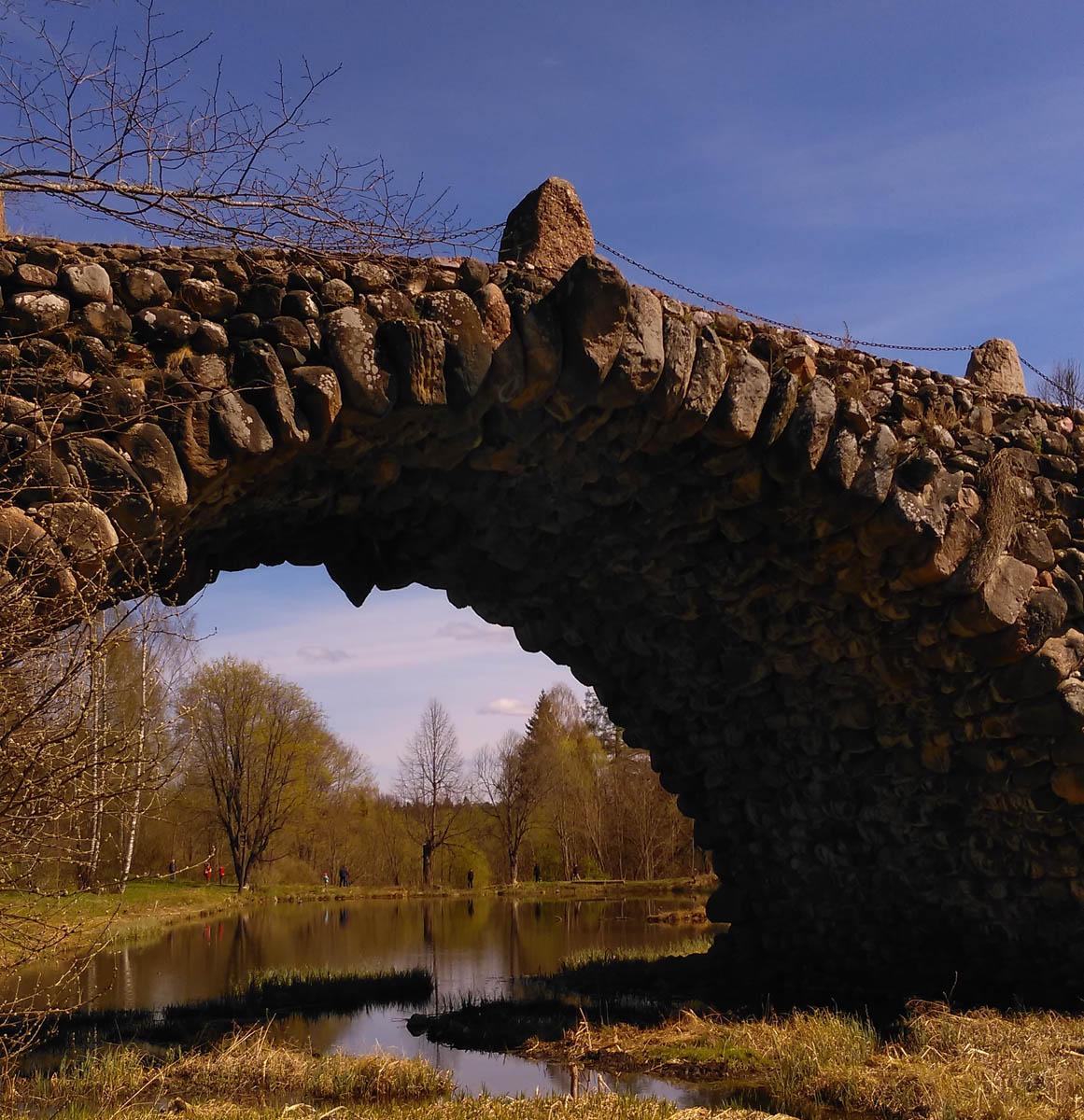 В самом начале фильма Ночной Дозор именно на этом мосту происходит битва войск Добра  Зла...