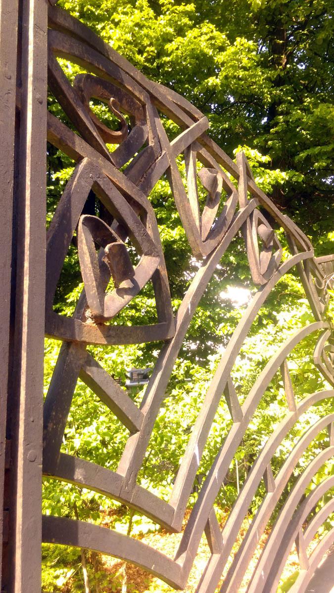 Знаменитая кованная ограда сама по себе произведение искусства.