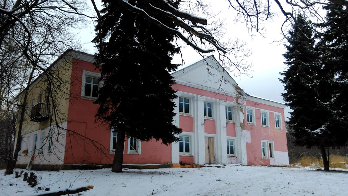 """Все, что смог найти о нем: """"Бывшая усадьба Петровское. В 1950-е г после пожара сильно перестроено""""."""